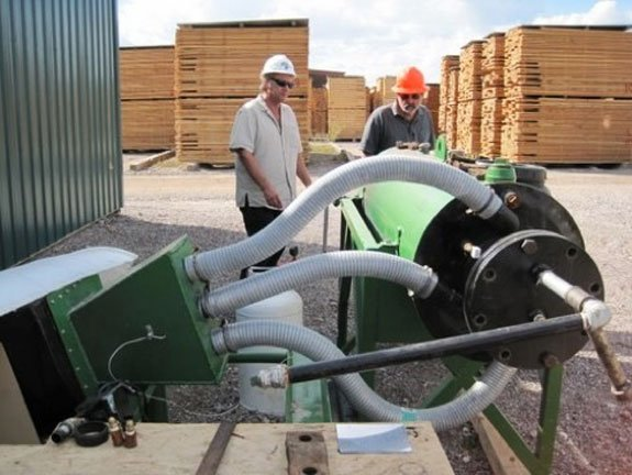 The AACT Organic Carbon Engine (OCE) is a biomass-powered device that generates syngas, bio-oil and biochar (organic carbon). Residual heat and CO2, generated by the conversion process, is recycled back into AACT's closed loop system for the cultivation of algae and its conversion into organic fertilizer and fuel.
